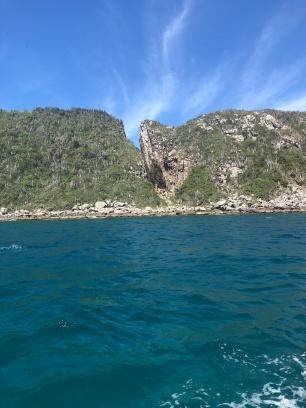 La brecha en la roca a lo lejos