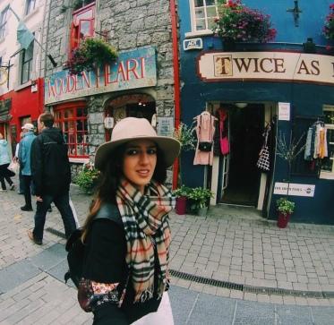 Caminando por la peatonal de Galway, el estilo de las tiendas no tiene precio.