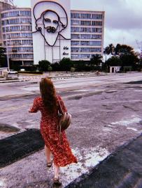 """Ministerio de Telecomunicaciones que luce la silueta de Camilo Cienfuegos junto a la frase """"Vas bien, Fidel"""""""